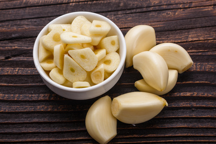 garlic cloves and sliced garlic